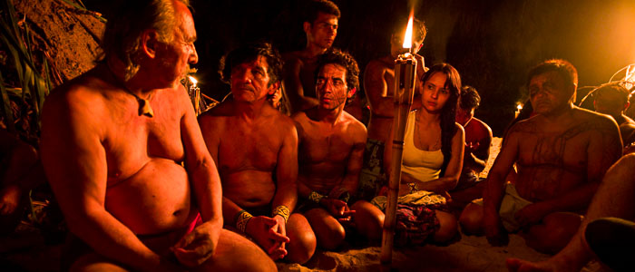 Angaangaq erzählt den Kuntanawa am Amazonas die Geschichte der Alaativiq (grönländische Schwitzhütte). Foto: Sven Nieder