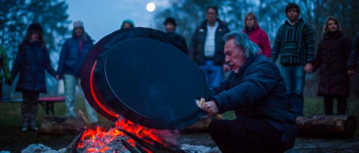 Angaangaq tiene Workshop e seminari secondo la tradizione groenlandese in tutto il mondo