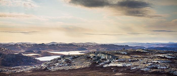 Angaangaq con  architetti, in visita sul monte Qaqqarsuaq. Qui sorgerà il centro di terapia Aanakasaap Illua