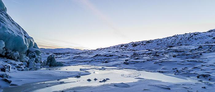 Acqua che scorre dal ghiacciao Russel nel pieno inverno a -35°C. I Adesso lo scioglimento dei ghiacciai continua anche durante l'inverno.